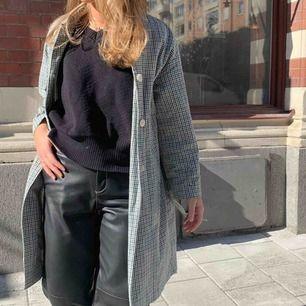 SÖKER!! Denna kappa tror den är från zara, eller en liknande kappa. Om ni har någon som ser ut såhär eller den på bilden hör gärna av dig!!!