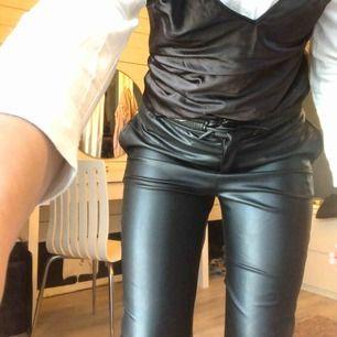 Coola lösa skinnbyxor från Zara som är för korta för mig därav jag säljer dom  Säljer för 90kr + frakt