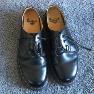 Säljer dessa stilrena låga Dr Martens i storlek 42, knappt använda. Skorna är i ett bra skick förutom att ett av skosnörena har gått sönder lite längst ut.  Nypris: 1700kr , Köparen står för frakten 💞💞