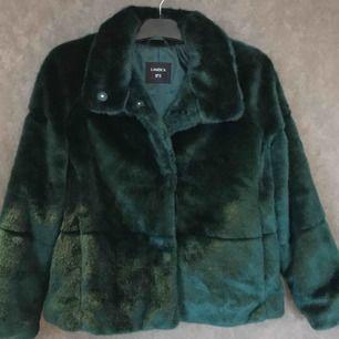 Grön fake pälsjacka från Lindex storlek xs. Nyskick