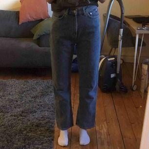 Snygga jeans i modellen Row från Weekday! Färgen är Sky Blue och de är i storlek 28/30. Jeansen är i väldigt bra skick då de knappt är använda!