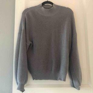 Stickad tröja, köpt på NA-KD, polokrage och en fin grå färg, ballongärmar🤍