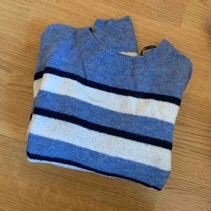 Randig stickad tröja i blå, vit och svart Super mysig! Inte alls stickig  Storlek S