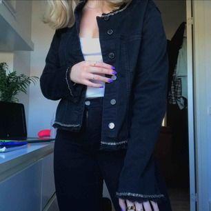 Jätte fin svart jacka med glitter detaljer som tyvärr inte kommer till användning. Så gott som ny!