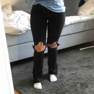Skitsnygga svarta bootcut med hål på båda knäna! Köpte på ginatricot för länge sen. Säljer pga slutat använda dom ❣️ #jeans #trend Passar XS och S