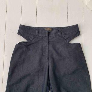 Frakt + 50! Eller hämtas i Malmö  Svinsnygga byxor som tyvärr är för stora för mig! Köpta på Plick, hoppas de passar någon annan bättre. Strl 29 i midjan!