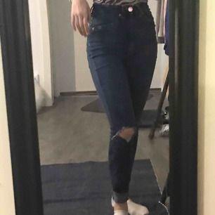Skinny Jeans med hål :)  Endast använd 4-5 gånger Fraktas eller möts upp i Örebro💗