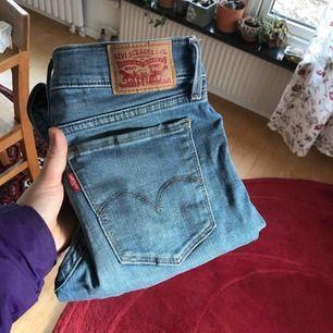 Levi's jeans i storlek 25. Har använts en del men ändå bra skick. Kan frakta mot att köparen betalar frakt.
