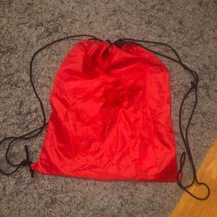 Röd gympapåse 50kr +frakt (aldrig använd)