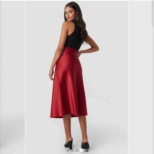 En super fin röd kjol från NA-KD i strl. Xs/34 Tyvärr aldrig kommit till användning, me det sagt så e den aldrig använd. Köpt förra sommaren för 299kr. Mycket rödare i verkligheten än dem visar på hemsidan. Betalning sker via swish, fraktas.