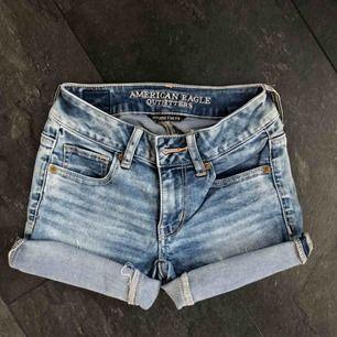 Jeanshorts från American Eagle outfitters i storlek 00 vilket motsvarar XS. Väldigt mycket stretch vilket gör att de sitter hur bekvämt som helst. Finns i Helsingborg och skickas om köparen betalar frakten. 🥰🤍🤩