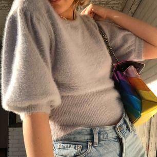 den absolut skönaste tröjan jag äger i världens finaste färg!! används tyvärr inte då det inte riktigt är min stil. strl M men passar mig bra som är strl XS/S vanligtvis. frakt är inkluderat i priset✨✨✨🧚🏼♀️🧚🏼♀️🧚🏼♀️