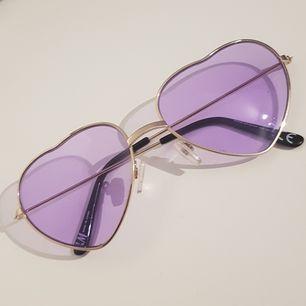 Ett par söta hjärtformade solglasögon i lila färg från H&M, aldrig använda utomhus.                                                          🍒 Kommentera eller skriv PM för frågor 🍒
