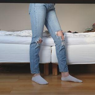 Supersnygga slutsålda jeans från Gina. Köptes för runt ett halvår sen och är sparsamt använda eftersom slitna jeans inte riktigt är min stil. Nu är dem tyvärr för små och måste säljas. Nypris är 500kr.