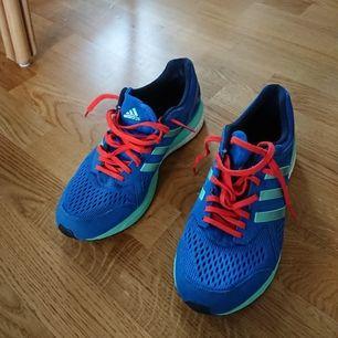 Oanvända Adidas löparskor/sneakers i storlek 43. Skicka meddelande om ni vill se fler bilder!