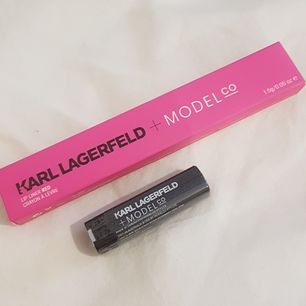 Lip Couture Lipstick i färgen Red, deluxe mini 1,5g.    Lip Liner i färgen Red, full-size 1,5g. Säljes tillsammans för 300kr, en produkt för 200kr/st. Oanvända i obruten förpackning! 🚫obs, färgen gör sig ej rättvis på bild nr 2, kolla bild nr 3🚫