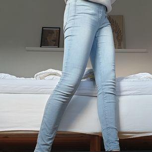 Superfina highwaisted jeans från Cubus. Dem finns inte längre att köpa och säljer dem för att dem inte kommer till användning. Använd ett par få gånger, 3-4. Köpta för 600kr.