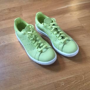 Ljusgröna Adidas stan smith i storlek 43. Supersnygga och enbart använda en gång.