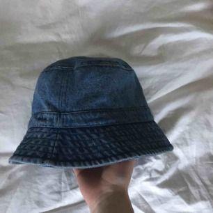 superfin jeans bucket hat i storlek M!