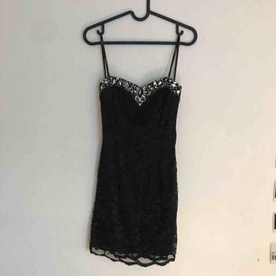 Kort klänning i svart spets utan ärmar. Supersöt till nyår eller andra event kombinera med sneakers för en cool kombo!  Frakt tillkommer