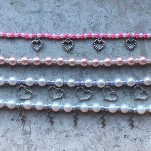 Coola halsband!🤩 dessa och fler finns att köpa på min instagram @jwlrybya 💕 det är bara att skriva t mig i dm om ni är intresserade eller har frågor/tips om vad jag kan göra för andra smycken!