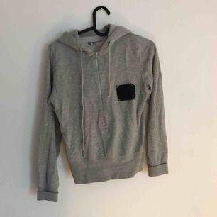 Croppad hoodie från Tiger of Sweden. Har luva och dragkedja som går ca halvvägs. Supersöt som träningströja eller kombinerat med jeans och sneakers :)