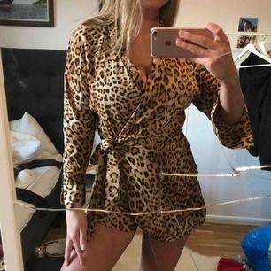 Byxdress-klänning i leopard från Zara storlek XS! Köpt för 399kr, aldrig använd (lappen kvar). Shortsen stängs med dragkedja så den sitter på plats och sedan knyter man över klänningen. Shorts i bak. SKITSNYGG! ❤️