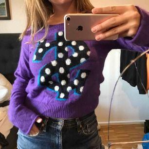 Cooooool stickad lila tröja i storlek 34 (lite oversized)! Aldrig använd! Köpt för kanske 5 år sen. Har lite längre ärmar också vilket är skönt.