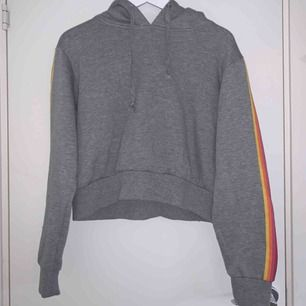 Croppad hoodie ifrån Bik Bok❤️ Köparen står för frakten