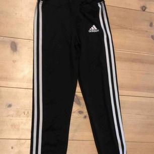Adidas tights i storlek M. Dock mer som en Xs/S