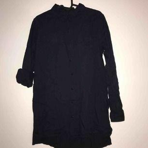 Svart /mörkblå skjorta :) går ev att använda som klänning men e supersöt över jeansshorts och en  t-shirt.  Frakt tillkommer