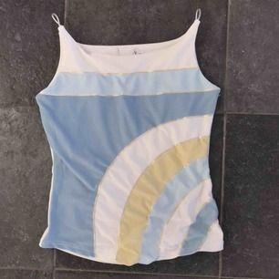 Fin sportig topp!  Detta linne är från 2000 talet!  Fint skick!  Frakt 42 kr  Kan passa en m också!