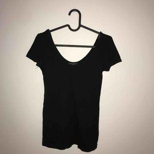 Svart t-shirt med vid urringning. Supersnygg med halsband eller choker till :)  Frakt tillkommer