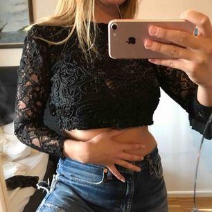 Snyyyggg spetstopp från Zara storlek S. 🖤 med puffärmar! aldrig använd. Snyggt med färgad BH under 😎