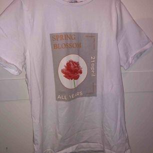 Superfin t-shirt från na-kd i strl S med tryck på framsidan 💞 superfin och funkar till det allra mesta! Helt oanvänd 🥰