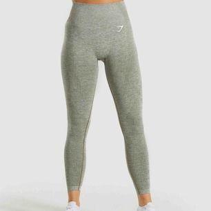 """Säljer mina gymshark vital seamless leggings i färgen """"khaki marl"""" , de är i storlek s och väldigt stretchiga. De är väldigt sparsamt använda och har endast använt de ett par enstaka gånger. Säljer pga jag behöver rensa i min garderob"""