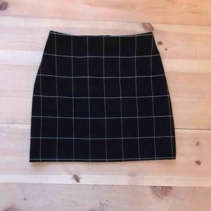 Säljer denna gulliga kjolen från HM! Den är vitrutig och svart i färgen och knappt använd! 🦋 frakt 42kr