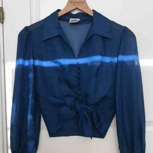 Extremt vacker vintage blus! Siden med knappar och handled i sammet. Står att storleken är 40, men kan passa för flera beroende på hur man knyter (jag är oftast xs-s)  Hör gärna av dig om du undrar något eller vill ha fler bilder!💕😊