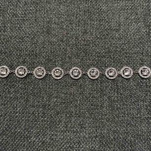 PRISET ÄR INKLUSIVE FRAKT!  Armband från Lily & Rose, använt en gång. Nypris 999:-. Justerbar storlek. Kristaller: Swarovski  Färg: Silver Material: Brass