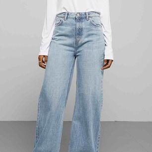 Snygga, populära jeans från Weekday i jättebra skick!  Använda endast ca 5 ggr så de är som nya! Frakten ingår i priset! Inköpta för 500kr!❤️