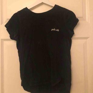 T-shirt från Gina med texten girls unite