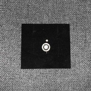 PRISET ÄR INKLUSIVE FRAKT!  Ring från Lily & Rose, använd fåtal gånger. One size som går att töja ut. Kristaller: Swarovski Färg: Silver Material: Brass