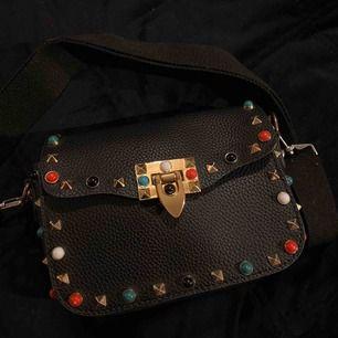 Säljer denna coola väska som länge har varit en favorit men som inte längre kommer till användning! Den är i gott skick, frakt tillkommer.