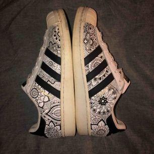 Adidas Superstars, använda ganska mycket, ritat mönstret med vattenfast textilpenna. Impregnerade. Stl 39. Utgångspris 150 kr, buda! Ingen frakt😉