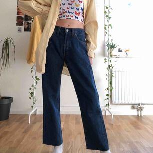 Ett par as snygga vintage Levis jeans! De är straight leg och midrise vilket är assss snyggt! För längd referens är jag 165cm och de slutar precis vid mina ankels ungefär! Säljer för 380kr ink frakt 🥰 (lägger upp dessa igen)