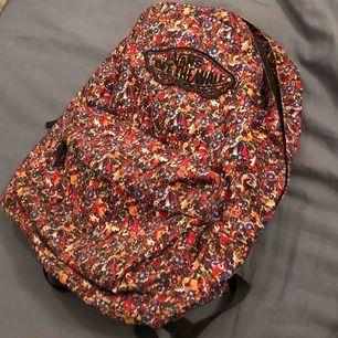 Aldrig använd vans ryggsäck! Cond: 10/10. Frakt ligger på 40kr.