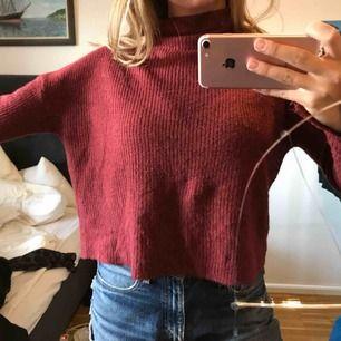 Skiiitmysig vinröd-ish stickad tröja!!🐻❤️ storlek XS! Är ganska bred vilket är snyggt! Bra skick 🤩