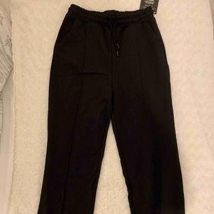 Riktigt snygga svarta kostymbyxor, helt nya! Från Nelly, storlek S. Säljer pga. för korta för mig (är 177cm). Tyvärr har jag upptäckt ett litet hål, går dock lätt att sy ihop (se bild). Nypris: 349kr!  Köparen står för frakten!