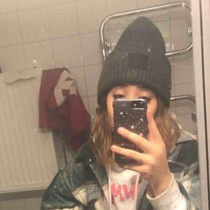 Halloj,vill gärna färgbyta min gråa acne mössa mot en rosa,lila,blå eller svart, det är spegeln som är smutsig inte mössan! OBS du ska kunna mötas i Sthlm!