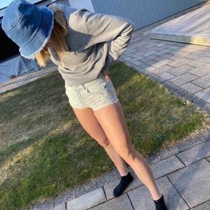 Säljer shortsen på bilden, perfekta till sommaren!